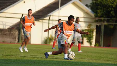 Para pemain Badak Lampung FC, Billy Keraf, berlatih di Stadion Universitas Negeri Yogyakarta (UNY). - INDOSPORT