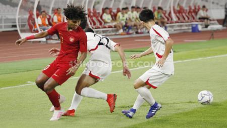 Pemain Timnas Indonesia U-19 Bagus Kahfi saat duel dengan dua pemain Korea Utara U-19 pada Kualifikasi Piala Asia U-19 di GBK Jakarta, Minggu (10/11/19). - INDOSPORT