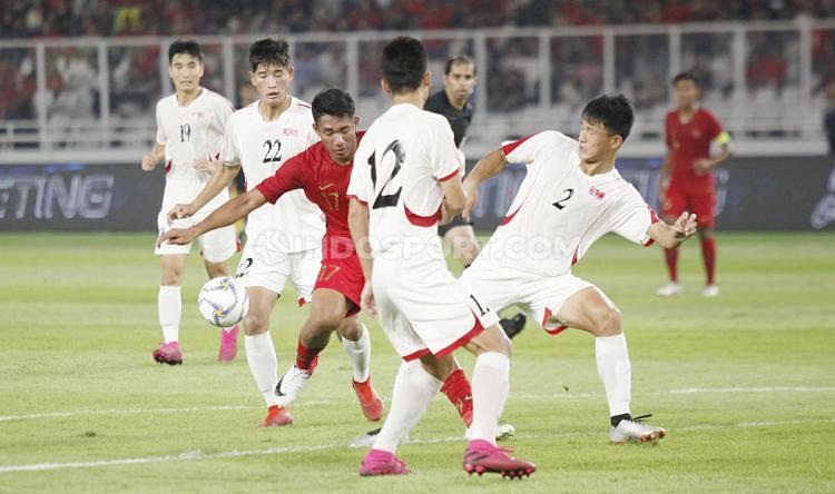 Pemain Timnas Indonesia U-19, Serdy Ephy Fano Boky berusaha menghindari dari penjagaan tiga pemain Korea Utara U-19, Minggu (10/11/19). Copyright: Herry Ibrahim/INDOSPORT