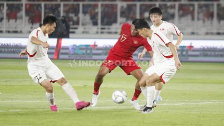 Pemain Timnas Indonesia U-19, Serdy Ephy Fano Boky berusaha menghindari dari penjagaan tiga pemain Korea Utara U-19, Minggu (10/11/19). - INDOSPORT
