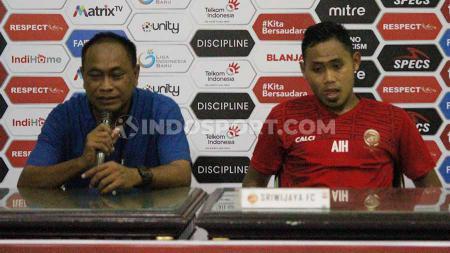 Pelatih Sriwjaya FC, Kas Hartadi dan pemain saat konfrensi pers, Sabtu (9/11/19). - INDOSPORT
