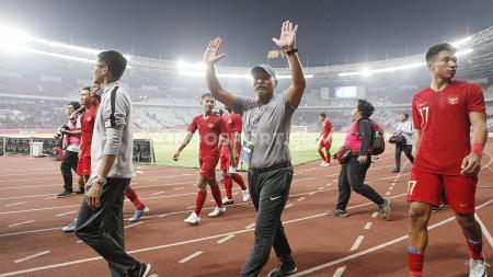 Ekspresi kebahagiaan pelatih Timnas Indonesia U-19, Fakhri Husaini usai anak asuhnya mengimbangi Korea Utara dan lolos ke Piala Asia U-19 2020. - INDOSPORT