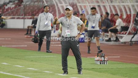 Pelatih Timnas Indonesia U-19, Fakhri Husaini pada laga pertandingan antara Indonesia U-19 vs Korea Utara U-19, Kualifikasi Piala Asia U-19 di GBK, Jakarta. - INDOSPORT