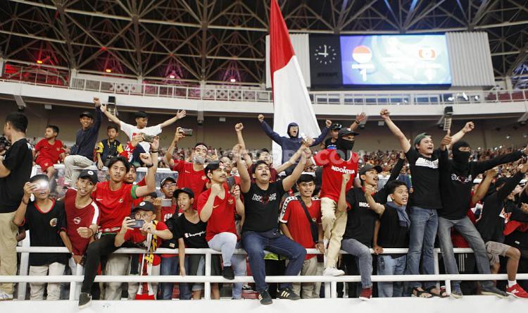 Suporter Timnas Indonesia memberikan dukungan pada pemain Indonesia U-19. Copyright: Herry Ibrahim/INDOSPORT