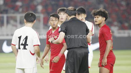 Laga pertandingan antara Indonesia U-19 vs Korea Utara U-19 pada Kualifikasi Piala Asia U-19 di GBK, Jakarta, Minggu (10/11/19). - INDOSPORT