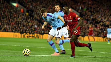 Pemain Liverpool dan Manchester City Saling Berebut Bola - INDOSPORT
