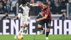 Indosport - Pemain Juventus (Juan Cuadrado) dan AC Milan (Hakan Calhanoglu) saling berebut bola dalam duel klasik Serie A Italia antara Juventus vs AC Milan, Senin (11/11/19) dini hari WIB.
