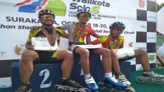 Indosport - Albin (tengah) saat mendapat medali emas di ajang Kejuaraan Walikota Solo Cup 2019