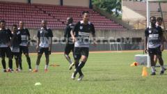 Indosport - Gelandang Vital Persipura, Muhammad Tahir saat menjalani sesi latihan bersama rekan-rekannya