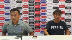 Indosport - Pelatih Persita Tangerang, Widodo Cahyono Putro (kiri), disampingi pemainnya, Amarzukih (kanan), dalam temu pers usai pertandingan lawan Martapura FC.