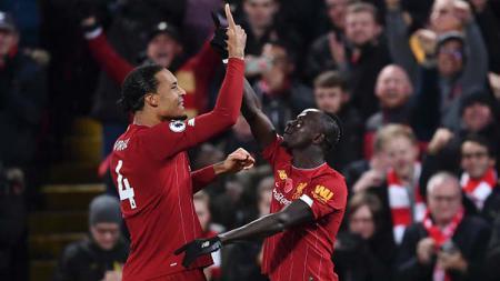 Virgil van Dijk (kiri) dan Sadio Mane, dua pemain bintang Liverpool selebrasi usai lawan Manchester City. - INDOSPORT