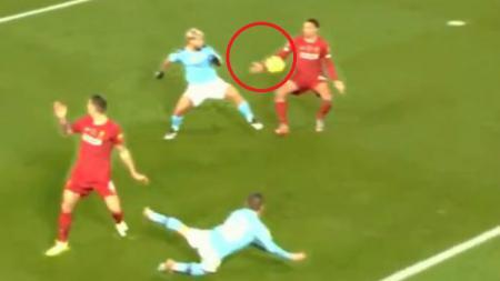 Trent Alexander-Arnold mengaku tangannya menyentuh bola di Laga Liverpool vs Manchester City. - INDOSPORT