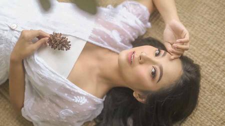 Aktris cantik Dinda Kirana ternyata gemar melakukan olahraga yoga dan membuat netizen banyak berkomentar di Instagram pribadinya. - INDOSPORT