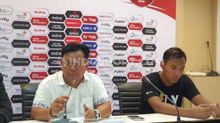 Pelatih Persik Kediri, Budihardjo Thalib (kiri) tak bisa menyembunyikan rasa syukurnya atas keberhasilan timnya lolos ke babak semifinal Liga 2. - INDOSPORT