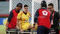 Indosport - Pertandingan babak 8 besar Liga 2 2019 antara Sriwijaya FC vs Persewar Waropen pada Sabtu (09/11/19) harus menelan korban yakni Bobby Satria.