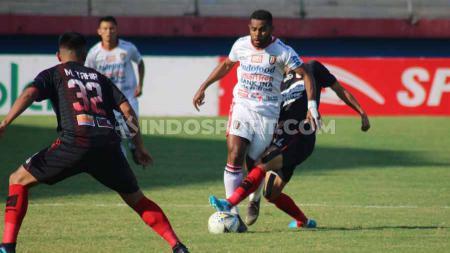 Laga pertandingan antara Persipura Jayapura vs Bali United dalam laga tunda pekan ke-17 Shopee Liga 1 2019 di Gelora Delta Sidoarjo, Senin (11/11/19). - INDOSPORT