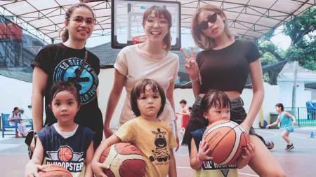 Jessica Iskandar dan Gisella Anastasia saat mengajak anak-anaknya main basket. - INDOSPORT