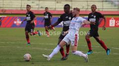 Indosport - Penyerang Bali United, Melvin Platje saat melepaskan tembakan ke gawang Persipura Jayapura dalam laga tunda pekan ke-17 di Gelora Delta Sidoarjo, Senin (11/11/19) sore.