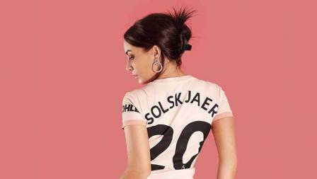Katrina Maria dalam sesi foto mengenakan jersey Manchester United atas nama Ole Gunnar Solskjaer.