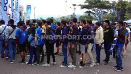 Bobotoh secara tertib berbaris sebelum masuk ke Tribun Utara Stadion Si Jalak Harupat, Kabupaten Bandung, Selasa (12/11/2019) menjelang laga kandang Persib Bandung mengahadapi Arema FC. - INDOSPORT