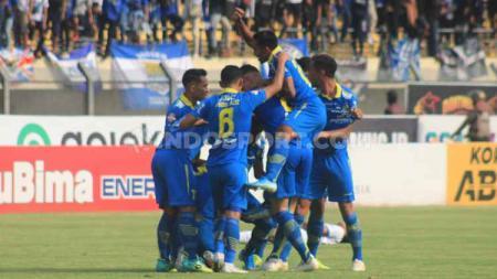 Aksi selebrasi para pemain Persib Bandung usai mencetak gol ke gawang Arema FC pada Liga 1 di Stadion Si Jalak Harupat, Selasa (12/11/2019). - INDOSPORT