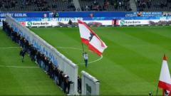 Indosport - Klub Bundesliga Jerman gelar peringatan runtuhnya Tembok Berlin.