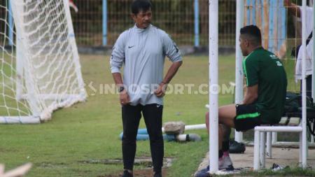 Pelatih Timnas Indonesia U-22, Indra Sjafri saat berbincang dengan Beto Goncalves di Lapangan Samudra Legian, Badung, Selasa (12/11/19) sore. - INDOSPORT