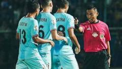 Indosport - Wasit Dwi Susilo (kanan) saat memimpin laga. Bek Arema FC, Alfin Tuasalamony menyebut Dwi Susilo tidak layak lagi untuk memimpin laga super big match Liga 1 sekelas Arema FC kontra Persib Bandung di Stadion Si Jalak Harupat, Selasa (12/11/19) sore.