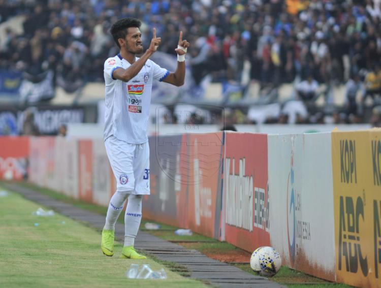 Bek Arema FC, Alfin Tuasalamony saat melakukan aksi yang menyulut emosi supoter Persib. Copyright: Persib.co.id