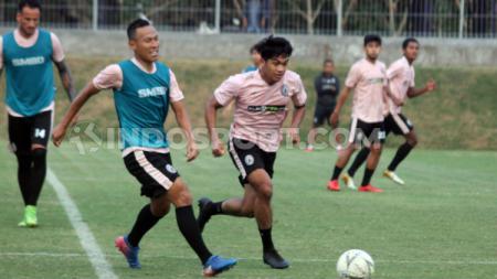 Pemain PSS Sleman beda generasi, Jajang Sukmara dan Samuel Christianson. - INDOSPORT