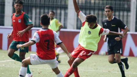 Pemain Garuda Select II di Inggris, Muhammad Rafli Azrul (PSM Makassar U-16) disamakan dengan bintang klub sepak bola Chelsea, Jorginho. - INDOSPORT