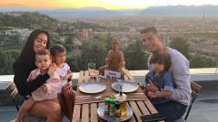 Indosport - Keluarga Cristiano Ronaldo tampak harmonis.