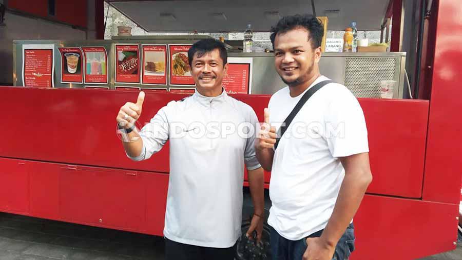 Indra Sjafri (kiri) bersama partner bisnisnya saat berada di halaman parkir Lapangan Samudra, Legian, Kuta, Badung, Selasa (12/11/19) sore. Copyright: Nofik Lukman Hakim/INDOSPORT