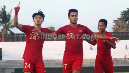 Selebrasi pemain Timnas Indonesia U-23, Muhammad Rafli usai mencetak gol ke gawang Timnas Iran u-23 di Stadion Kapten I Wayan Dipta, Bali, Rabu (13/11/19). - INDOSPORT