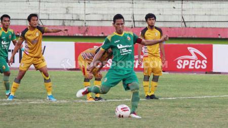 Pemain Sriwijaya FC, Ambrizal mengeksekusi pinalti membawa skor Sriwijaya FC vs Mitra Kukar imbang 1-1 di babak 8 besar liga 2 2019 - INDOSPORT