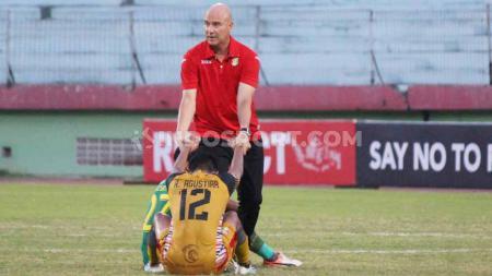 Pelatih mitra Kukar Rafael Berges menghibur pemainnya, Andre Agustiar Prakoso untuk menatap dengan optimis laga terakhir Liga 2 melawan Persewar Waropen. - INDOSPORT