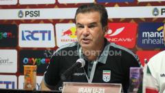 Indosport - Pelatih Timnas Iran U-23, Hamidreza Estili saat konfrensi pers usai pertandingan Indonesia U-23 vs Iran U-23 saat konfrensi pers usai pertandingan Indonesia U-23 vs Iran U-23, Rabu (13/11/19).