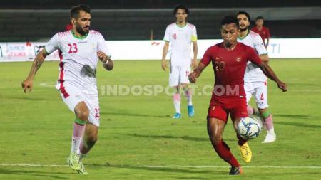 Winger Timnas Indonesia U-22, Osvaldo Haay berusaha melewati hadangan bek Iran U-23, Aref Aghasi Kolahsorkhi dalam laga uji coba di Stadion Kapten I Wayan Dipta, Gianyar, Rabu (13/11/19). - INDOSPORT