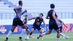 Indosport - Official training PSM Makassar di Stadion Batakan, Balikpapan, sebagai persiapan melawan klub Liga 1 Persebaya Surabaya.