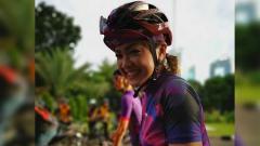 Indosport - Nirina Zubir ketika sedang bersepeda.