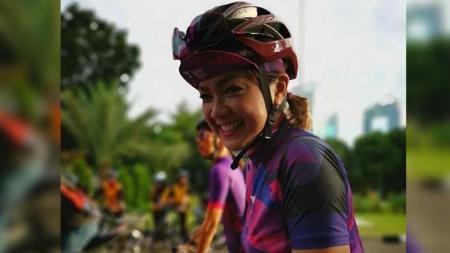 Presenter cantik Indonesia Nirina Zubir ternyata akrab sekali dengan dunia olahraga seperti bersepeda alias gowes. - INDOSPORT