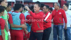 Indosport - Ketua Umum PSSI, Mochamad Iriawan atau Iwan Bule saat menyapa para penggawa Timnas Indonesia U-23, sebelum laga uji coba lawan Iran U-23 di Stadion Kapten I Wayan Dipta, Gianyar, Rabu (13/11/19) sore.