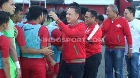 Ketua Umum PSSI, Mochamad Iriawan atau Iwan Bule saat menyapa para penggawa Timnas Indonesia U-22, sebelum laga uji coba lawan Iran U-23 di Stadion Kapten I Wayan Dipta, Gianyar, Rabu (13/11/19) sore. - INDOSPORT
