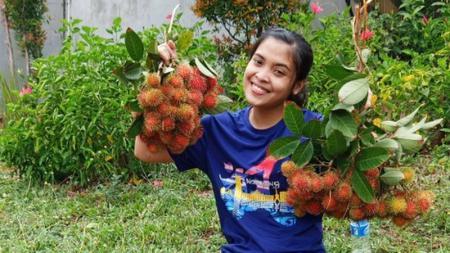 Gregoria Mariska memegang buah rambutan - INDOSPORT