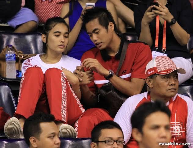 Tontowi Ahmad dan Anneke Feinya saat duduk di tribun penonton. Copyright: PB Djarum