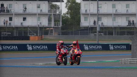 Marc Marquez (Repsol Honda) bersama dengan Andrea Dovizioso (Ducati) di MotoGP Thailand - INDOSPORT