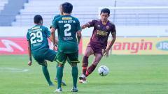 Indosport - Pemain PSM Makassar diadang dua pemain Persebaya Surabaya di Shopee Liga 1 Stadion Batakan, Balikpapan, Kamis (14/11/19).