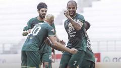 Indosport - Selebrasi pemain Persebaya Surabaya Diogo Campos dan David da Silva usai merayakan golnya laga Shopee Liga 1 di Stadion Batakan, Balikpapan, Kamis (14/11/19).