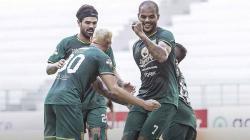 Selebrasi pemain Persebaya Surabaya Diogo Campos dan David da Silva usai merayakan golnya laga Shoppe Liga 1 di Stadion Batakan, Balikpapan, Kamis (14/11/19).
