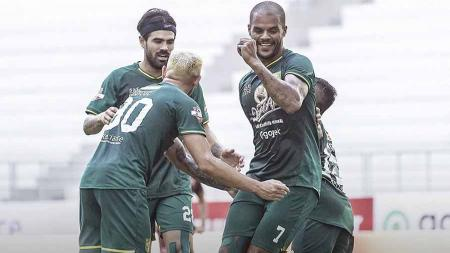 Selebrasi pemain Persebaya Surabaya Diogo Campos dan David da Silva usai merayakan golnya laga Shoppe Liga 1 di Stadion Batakan, Balikpapan, Kamis (14/11/19). - INDOSPORT